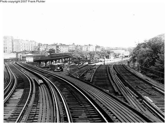 (85k, 708x530)<br><b>Country:</b> United States<br><b>City:</b> New York<br><b>System:</b> New York City Transit<br><b>Line:</b> 3rd Avenue El<br><b>Location:</b> Bronx Park <br><b>Photo by:</b> Frank Pfuhler<br><b>Date:</b> 6/6/1954<br><b>Notes:</b> Former spur to Bronx Park.<br><b>Viewed (this week/total):</b> 5 / 6178