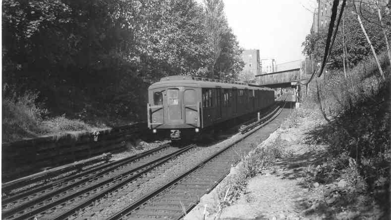 (37k, 789x443)<br><b>Country:</b> United States<br><b>City:</b> New York<br><b>System:</b> New York City Transit<br><b>Line:</b> BMT Franklin<br><b>Location:</b> Empire Blvd. (Malbone St.) Tunnel Portal <br><b>Car:</b> BMT A/B-Type Standard 2449-2640-2448 <br><b>Photo by:</b> Frank Pfuhler<br><b>Notes:</b> North of Prospect Park tunnel, view from near Sullivan Place.<br><b>Viewed (this week/total):</b> 0 / 2378