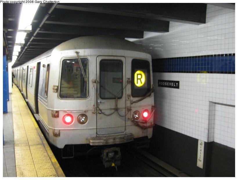 (108k, 820x620)<br><b>Country:</b> United States<br><b>City:</b> New York<br><b>System:</b> New York City Transit<br><b>Line:</b> IND Queens Boulevard Line<br><b>Location:</b> Roosevelt Avenue <br><b>Route:</b> R<br><b>Car:</b> R-46 (Pullman-Standard, 1974-75) 5834 <br><b>Photo by:</b> Gary Chatterton<br><b>Date:</b> 12/23/2008<br><b>Viewed (this week/total):</b> 1 / 1722