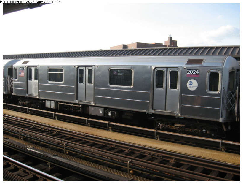 (120k, 820x620)<br><b>Country:</b> United States<br><b>City:</b> New York<br><b>System:</b> New York City Transit<br><b>Line:</b> IRT Flushing Line<br><b>Location:</b> 52nd Street/Lincoln Avenue <br><b>Route:</b> 7<br><b>Car:</b> R-62A (Bombardier, 1984-1987)  2024 <br><b>Photo by:</b> Gary Chatterton<br><b>Date:</b> 10/15/2007<br><b>Viewed (this week/total):</b> 0 / 1455