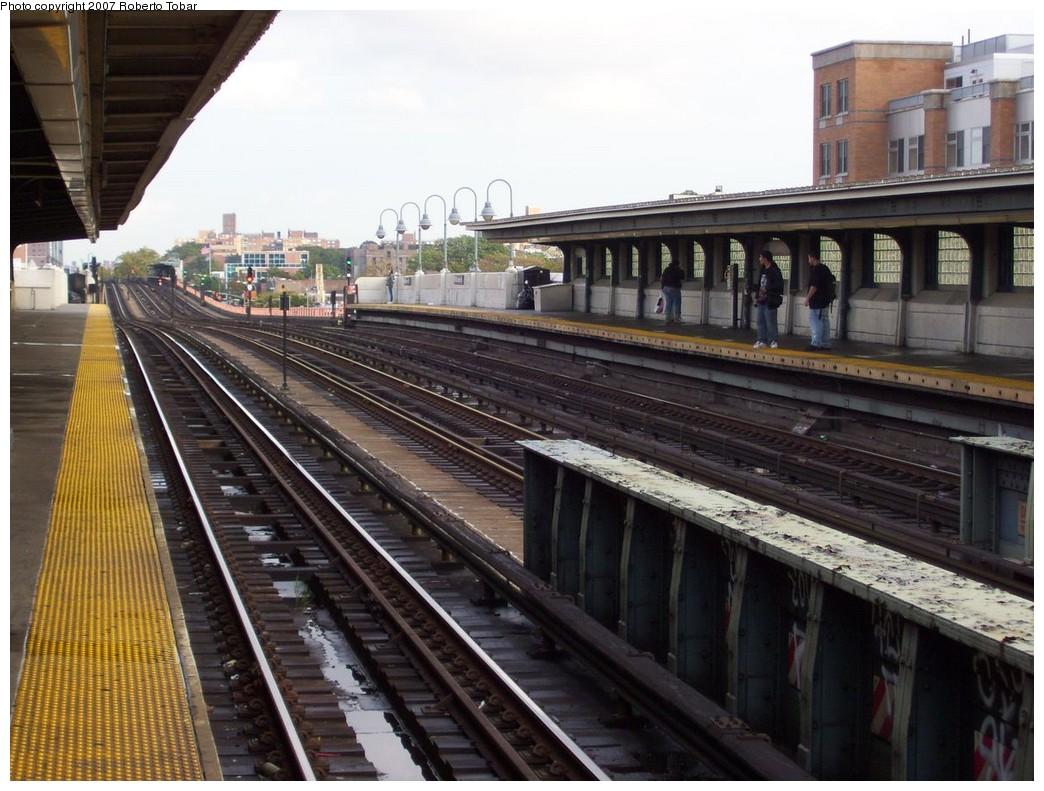 (224k, 1044x791)<br><b>Country:</b> United States<br><b>City:</b> New York<br><b>System:</b> New York City Transit<br><b>Line:</b> IRT Flushing Line<br><b>Location:</b> 40th Street/Lowery Street <br><b>Photo by:</b> Roberto C. Tobar<br><b>Date:</b> 10/27/2007<br><b>Viewed (this week/total):</b> 2 / 1490