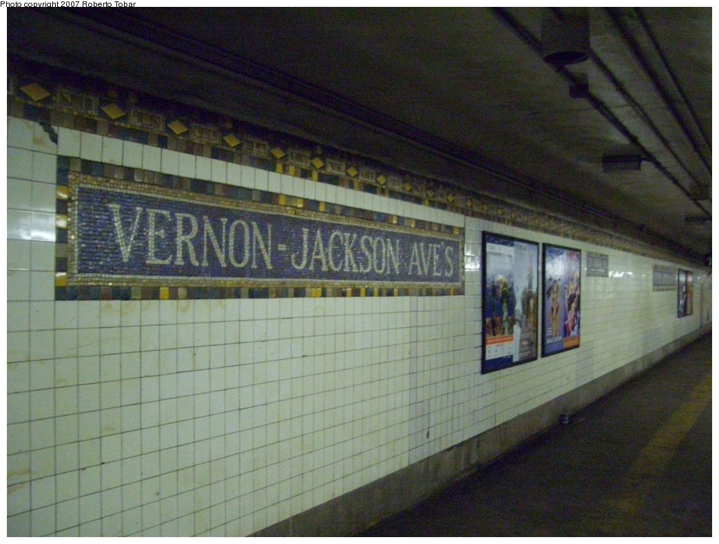 (206k, 1044x791)<br><b>Country:</b> United States<br><b>City:</b> New York<br><b>System:</b> New York City Transit<br><b>Line:</b> IRT Flushing Line<br><b>Location:</b> Vernon-Jackson Avenues <br><b>Photo by:</b> Roberto C. Tobar<br><b>Date:</b> 10/27/2007<br><b>Viewed (this week/total):</b> 0 / 2195