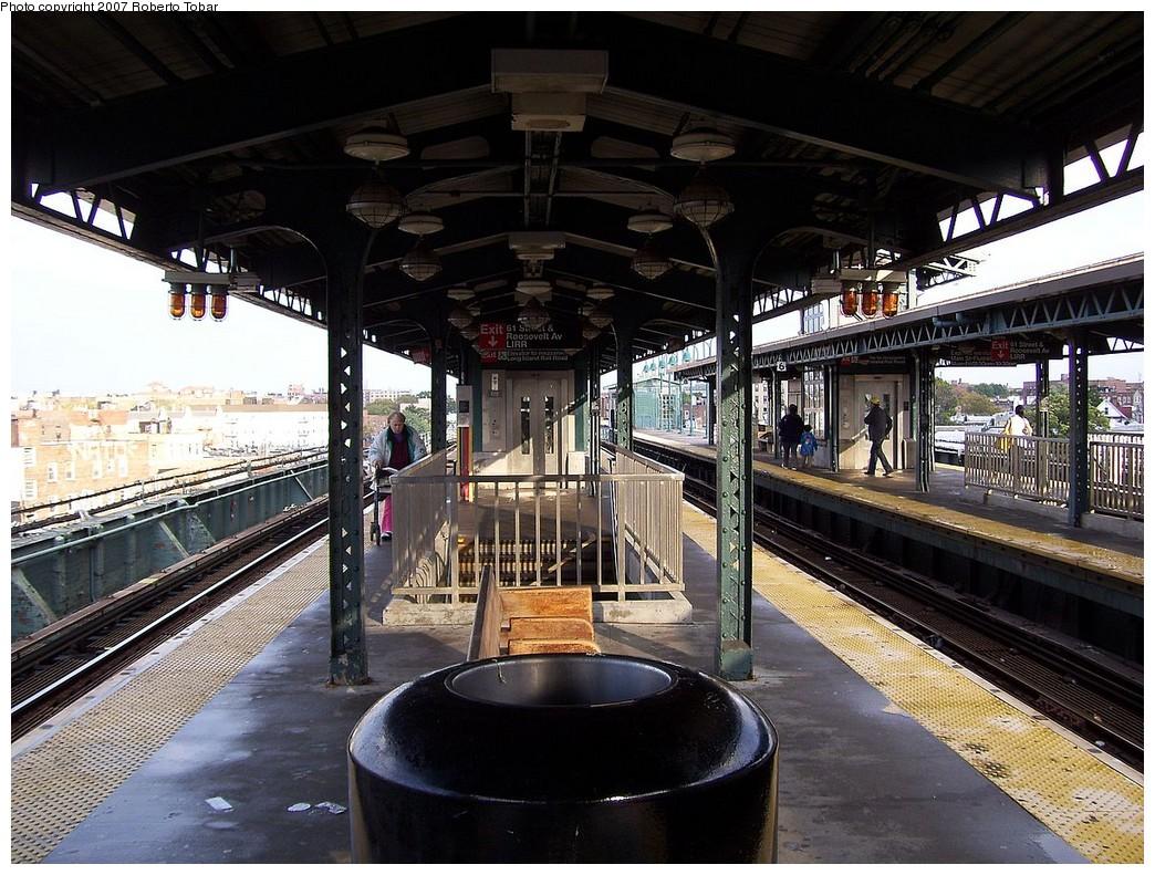 (274k, 1044x791)<br><b>Country:</b> United States<br><b>City:</b> New York<br><b>System:</b> New York City Transit<br><b>Line:</b> IRT Flushing Line<br><b>Location:</b> 61st Street/Woodside <br><b>Photo by:</b> Roberto C. Tobar<br><b>Date:</b> 10/27/2007<br><b>Viewed (this week/total):</b> 0 / 1696