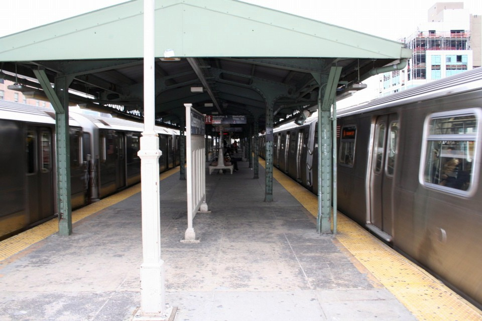 (209k, 960x640)<br><b>Country:</b> United States<br><b>City:</b> New York<br><b>System:</b> New York City Transit<br><b>Location:</b> Queensborough Plaza <br><b>Photo by:</b> Todd Glickman<br><b>Date:</b> 11/12/2007<br><b>Notes:</b> Platform view.<br><b>Viewed (this week/total):</b> 1 / 2712