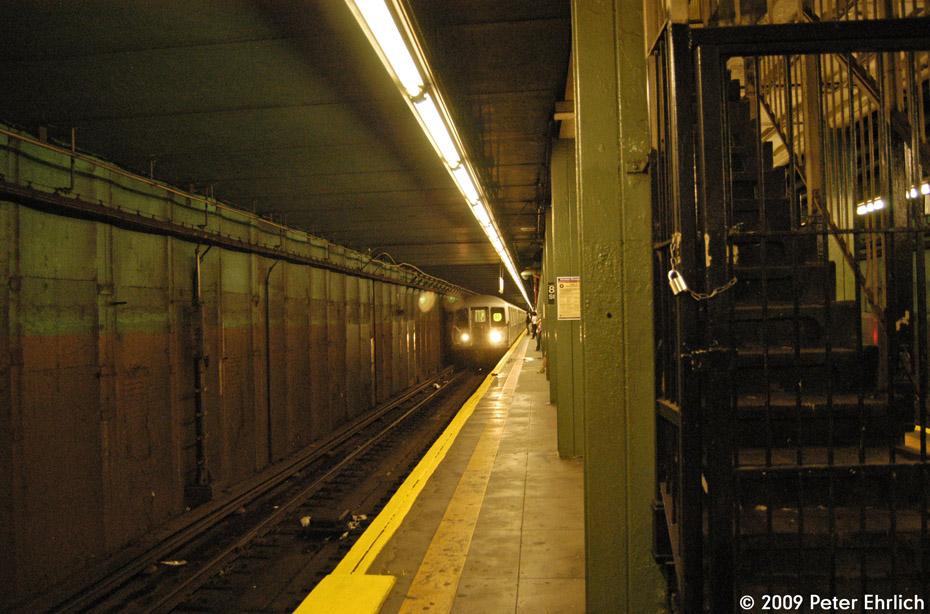 (223k, 930x614)<br><b>Country:</b> United States<br><b>City:</b> New York<br><b>System:</b> New York City Transit<br><b>Line:</b> BMT 4th Avenue<br><b>Location:</b> 86th Street <br><b>Route:</b> R<br><b>Car:</b> R-42 (St. Louis, 1969-1970)  4752 <br><b>Photo by:</b> Peter Ehrlich<br><b>Date:</b> 7/29/2009<br><b>Notes:</b> Inbound<br><b>Viewed (this week/total):</b> 3 / 1767
