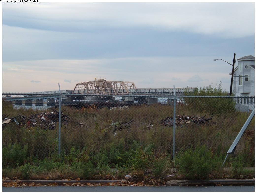 (198k, 1044x788)<br><b>Country:</b> United States<br><b>City:</b> New York<br><b>System:</b> New York City Transit<br><b>Line:</b> IND Rockaway<br><b>Location:</b> South Channel Bridge <br><b>Photo by:</b> Chris M.<br><b>Date:</b> 11/6/2007<br><b>Viewed (this week/total):</b> 1 / 1606