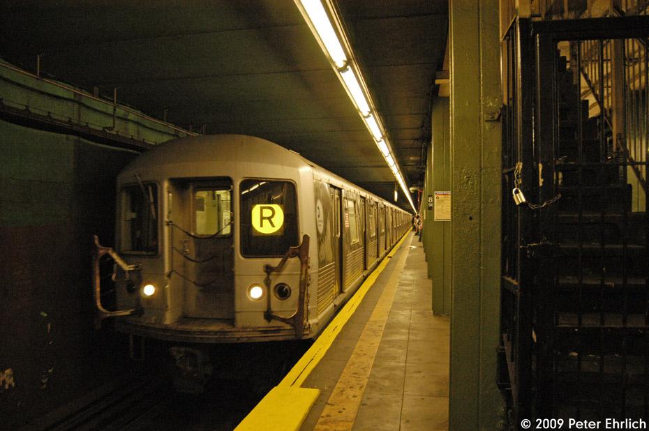 (214k, 930x618)<br><b>Country:</b> United States<br><b>City:</b> New York<br><b>System:</b> New York City Transit<br><b>Line:</b> BMT 4th Avenue<br><b>Location:</b> 86th Street <br><b>Route:</b> R<br><b>Car:</b> R-42 (St. Louis, 1969-1970)  4752 <br><b>Photo by:</b> Peter Ehrlich<br><b>Date:</b> 7/29/2009<br><b>Notes:</b> Inbound<br><b>Viewed (this week/total):</b> 7 / 1930