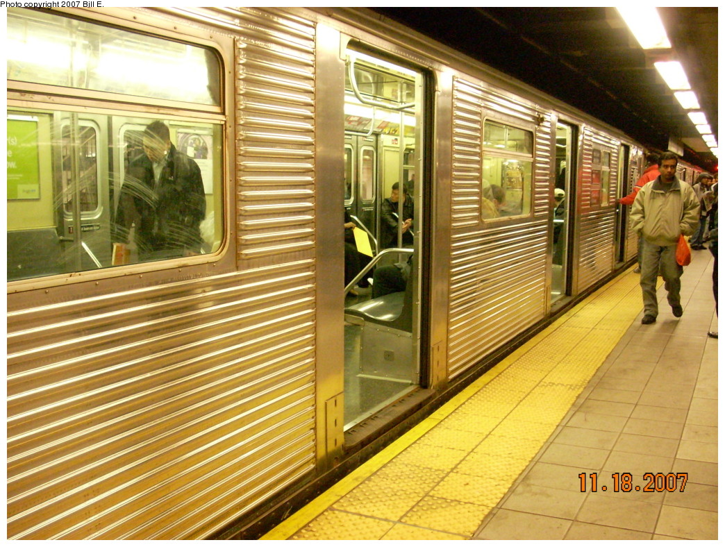 (320k, 1044x788)<br><b>Country:</b> United States<br><b>City:</b> New York<br><b>System:</b> New York City Transit<br><b>Line:</b> IND Queens Boulevard Line<br><b>Location:</b> Roosevelt Avenue <br><b>Route:</b> E<br><b>Car:</b> R-32 (Budd, 1964)   <br><b>Photo by:</b> Bill E.<br><b>Date:</b> 11/18/2007<br><b>Viewed (this week/total):</b> 2 / 2408