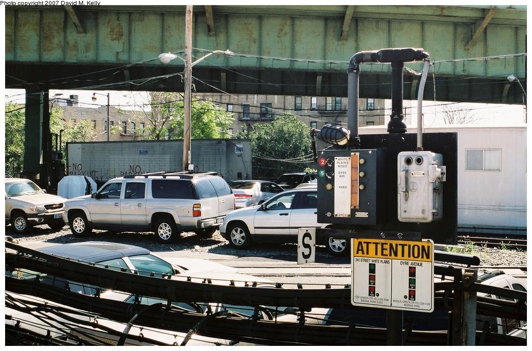 (251k, 1044x689)<br><b>Country:</b> United States<br><b>City:</b> New York<br><b>System:</b> New York City Transit<br><b>Line:</b> IRT White Plains Road Line<br><b>Location:</b> East 180th Street <br><b>Photo by:</b> David M. Kelly<br><b>Date:</b> 2007<br><b>Notes:</b> Route selector at East 180th.<br><b>Viewed (this week/total):</b> 1 / 1768