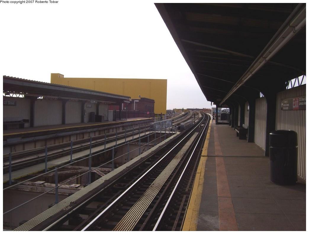 (162k, 1044x791)<br><b>Country:</b> United States<br><b>City:</b> New York<br><b>System:</b> New York City Transit<br><b>Line:</b> BMT Nassau Street/Jamaica Line<br><b>Location:</b> 121st Street <br><b>Photo by:</b> Roberto C. Tobar<br><b>Date:</b> 11/17/2007<br><b>Viewed (this week/total):</b> 3 / 1919
