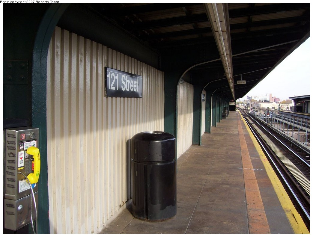 (192k, 1044x791)<br><b>Country:</b> United States<br><b>City:</b> New York<br><b>System:</b> New York City Transit<br><b>Line:</b> BMT Nassau Street/Jamaica Line<br><b>Location:</b> 121st Street <br><b>Photo by:</b> Roberto C. Tobar<br><b>Date:</b> 11/17/2007<br><b>Viewed (this week/total):</b> 0 / 1588