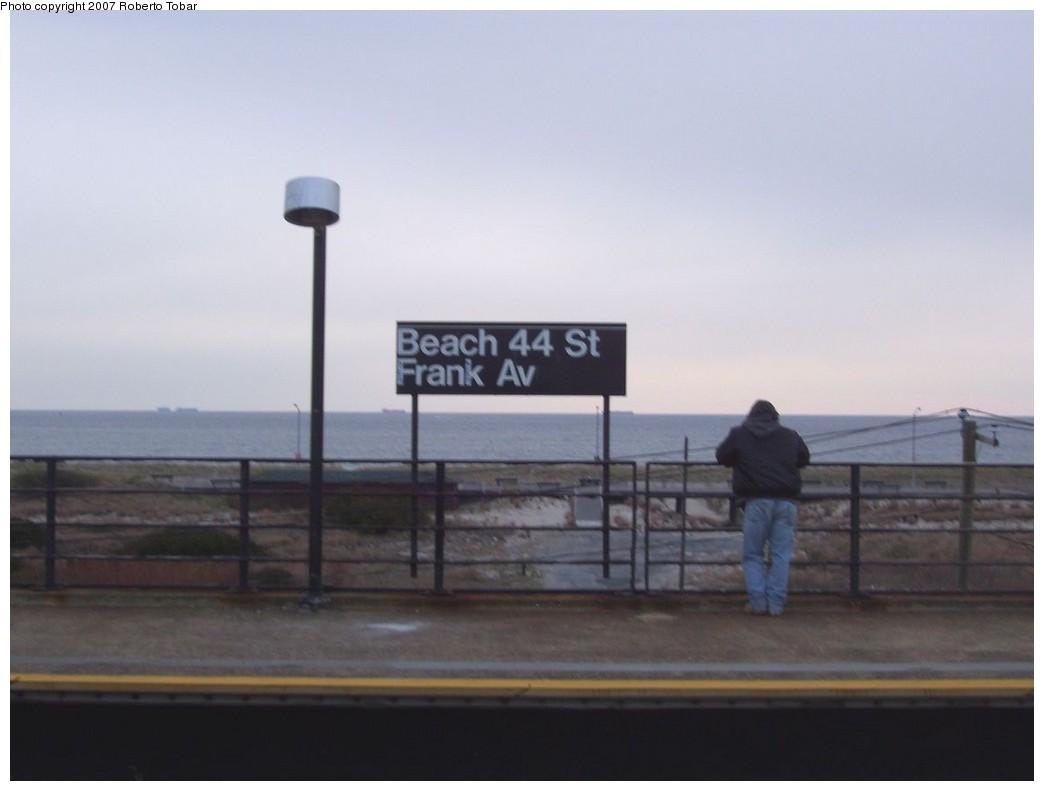 (113k, 1044x791)<br><b>Country:</b> United States<br><b>City:</b> New York<br><b>System:</b> New York City Transit<br><b>Line:</b> IND Rockaway<br><b>Location:</b> Beach 44th Street/Frank Avenue <br><b>Photo by:</b> Roberto C. Tobar<br><b>Date:</b> 11/17/2007<br><b>Viewed (this week/total):</b> 0 / 1202