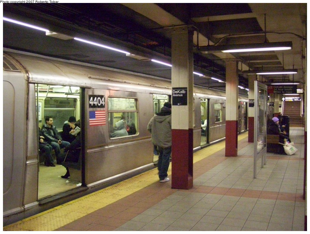 (220k, 1044x790)<br><b>Country:</b> United States<br><b>City:</b> New York<br><b>System:</b> New York City Transit<br><b>Location:</b> DeKalb Avenue<br><b>Route:</b> Q<br><b>Car:</b> R-40 (St. Louis, 1968)  4404 <br><b>Photo by:</b> Roberto C. Tobar<br><b>Date:</b> 12/8/2007<br><b>Viewed (this week/total):</b> 1 / 2940