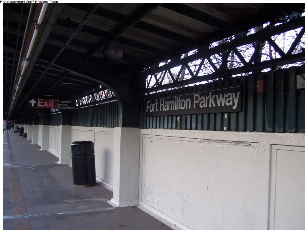 (177k, 1044x790)<br><b>Country:</b> United States<br><b>City:</b> New York<br><b>System:</b> New York City Transit<br><b>Line:</b> BMT Sea Beach Line<br><b>Location:</b> Fort Hamilton Parkway <br><b>Photo by:</b> Roberto C. Tobar<br><b>Date:</b> 12/8/2007<br><b>Viewed (this week/total):</b> 1 / 1415
