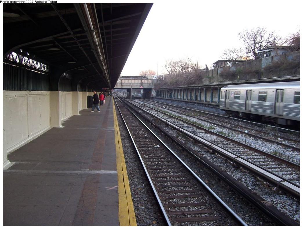 (227k, 1044x790)<br><b>Country:</b> United States<br><b>City:</b> New York<br><b>System:</b> New York City Transit<br><b>Line:</b> BMT Sea Beach Line<br><b>Location:</b> Fort Hamilton Parkway <br><b>Photo by:</b> Roberto C. Tobar<br><b>Date:</b> 12/8/2007<br><b>Viewed (this week/total):</b> 0 / 1415