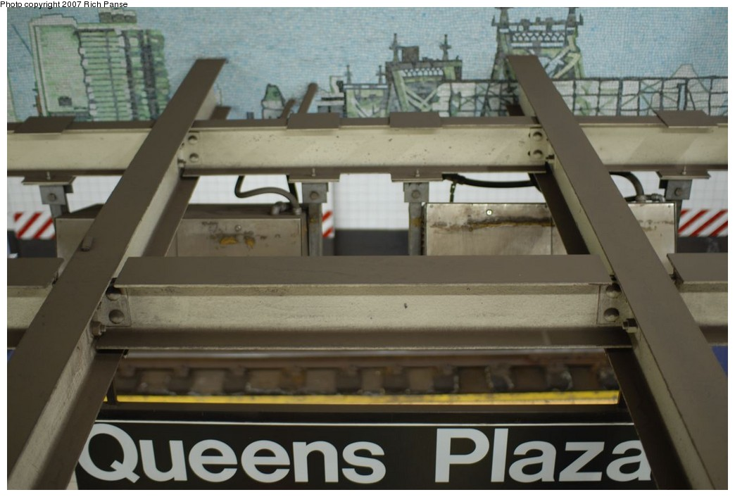 (168k, 1044x706)<br><b>Country:</b> United States<br><b>City:</b> New York<br><b>System:</b> New York City Transit<br><b>Line:</b> IND Queens Boulevard Line<br><b>Location:</b> Queens Plaza <br><b>Photo by:</b> Richard Panse<br><b>Date:</b> 12/9/2007<br><b>Artwork:</b> <i>Look Up Not Down</i>, Ellen Harvey (2005).<br><b>Viewed (this week/total):</b> 1 / 2393