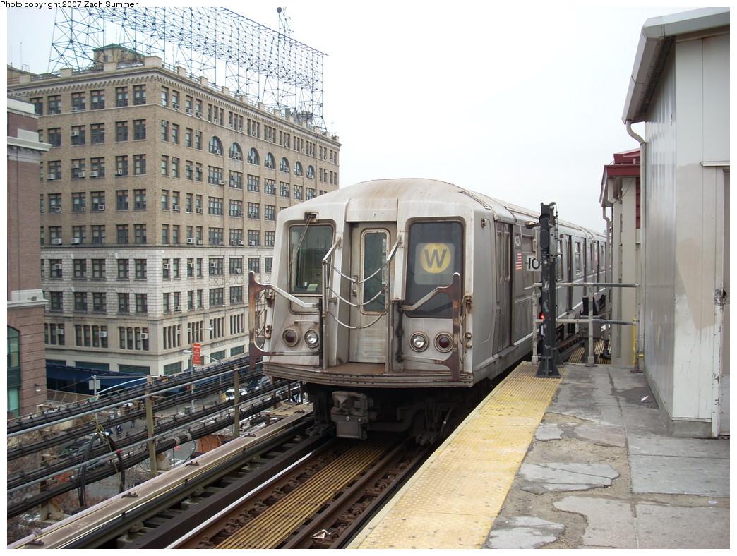 (294k, 1044x788)<br><b>Country:</b> United States<br><b>City:</b> New York<br><b>System:</b> New York City Transit<br><b>Line:</b> BMT Astoria Line<br><b>Location:</b> Queensborough Plaza <br><b>Route:</b> W<br><b>Car:</b> R-40 (St. Louis, 1968)   <br><b>Photo by:</b> Zach Summer<br><b>Date:</b> 12/11/2007<br><b>Viewed (this week/total):</b> 0 / 1907