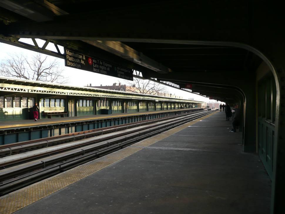 (111k, 970x727)<br><b>Country:</b> United States<br><b>City:</b> New York<br><b>System:</b> New York City Transit<br><b>Line:</b> IRT White Plains Road Line<br><b>Location:</b> Pelham Parkway <br><b>Photo by:</b> Robbie Rosenfeld<br><b>Date:</b> 12/20/2007<br><b>Viewed (this week/total):</b> 1 / 2086