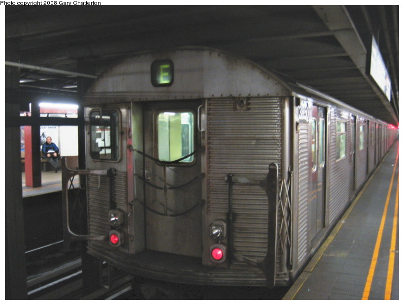 (110k, 820x620)<br><b>Country:</b> United States<br><b>City:</b> New York<br><b>System:</b> New York City Transit<br><b>Line:</b> IND Queens Boulevard Line<br><b>Location:</b> Court Square/23rd St (Ely Avenue) <br><b>Route:</b> E<br><b>Car:</b> R-32 (Budd, 1964)  3850 <br><b>Photo by:</b> Gary Chatterton<br><b>Date:</b> 12/23/2007<br><b>Viewed (this week/total):</b> 0 / 2107