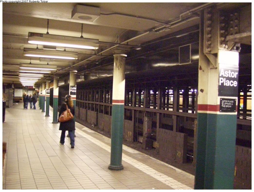 (223k, 1044x791)<br><b>Country:</b> United States<br><b>City:</b> New York<br><b>System:</b> New York City Transit<br><b>Line:</b> IRT East Side Line<br><b>Location:</b> Astor Place <br><b>Photo by:</b> Roberto C. Tobar<br><b>Date:</b> 12/28/2007<br><b>Viewed (this week/total):</b> 0 / 1433