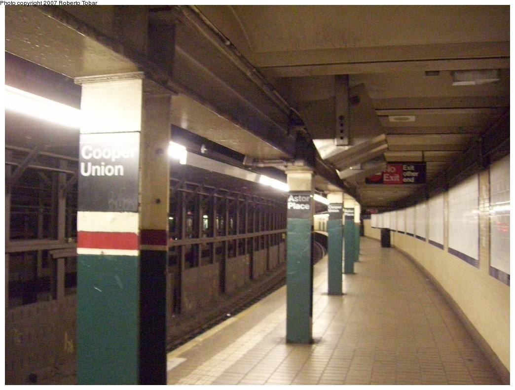 (203k, 1044x791)<br><b>Country:</b> United States<br><b>City:</b> New York<br><b>System:</b> New York City Transit<br><b>Line:</b> IRT East Side Line<br><b>Location:</b> Astor Place <br><b>Photo by:</b> Roberto C. Tobar<br><b>Date:</b> 12/28/2007<br><b>Viewed (this week/total):</b> 0 / 1233