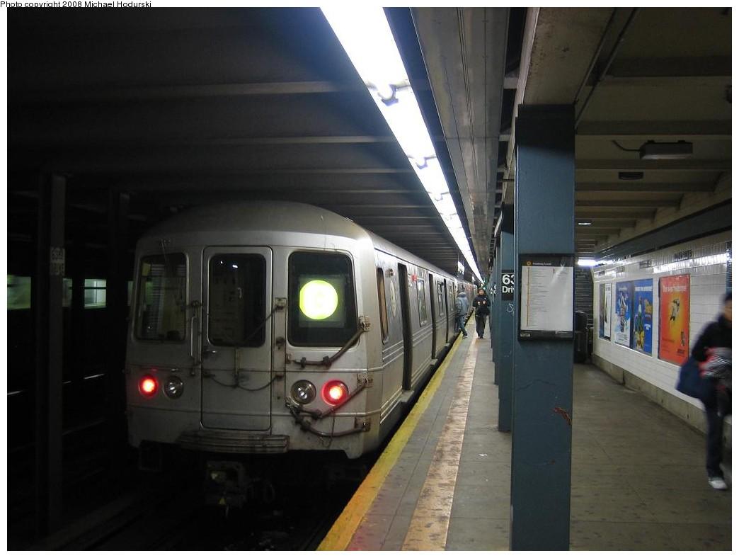 (152k, 1044x788)<br><b>Country:</b> United States<br><b>City:</b> New York<br><b>System:</b> New York City Transit<br><b>Line:</b> IND Queens Boulevard Line<br><b>Location:</b> 63rd Drive/Rego Park <br><b>Route:</b> G<br><b>Car:</b> R-46 (Pullman-Standard, 1974-75) 5562 <br><b>Photo by:</b> Michael Hodurski<br><b>Date:</b> 1/1/2008<br><b>Viewed (this week/total):</b> 1 / 2348