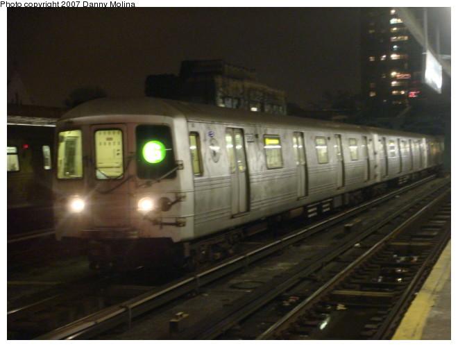 (83k, 660x500)<br><b>Country:</b> United States<br><b>City:</b> New York<br><b>System:</b> New York City Transit<br><b>Line:</b> IND Crosstown Line<br><b>Location:</b> 4th Avenue <br><b>Route:</b> G<br><b>Car:</b> R-46 (Pullman-Standard, 1974-75) 6070 <br><b>Photo by:</b> Danny Molina<br><b>Date:</b> 12/27/2007<br><b>Viewed (this week/total):</b> 1 / 2594