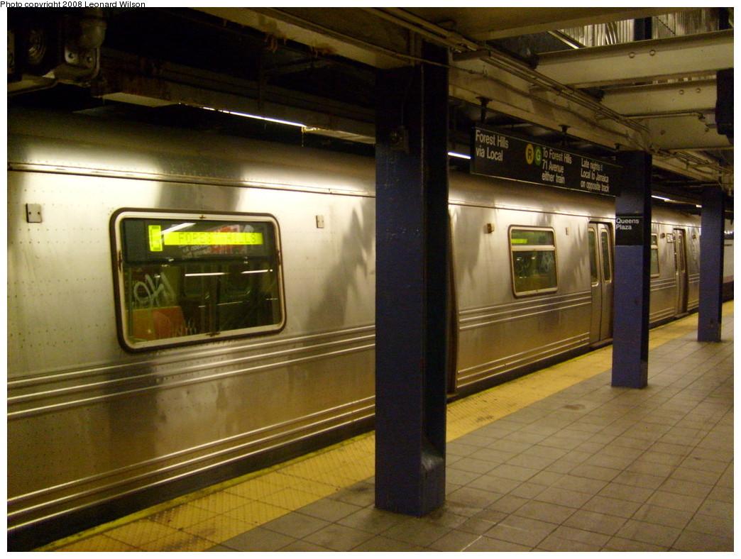 (252k, 1044x788)<br><b>Country:</b> United States<br><b>City:</b> New York<br><b>System:</b> New York City Transit<br><b>Line:</b> IND Queens Boulevard Line<br><b>Location:</b> Queens Plaza <br><b>Route:</b> G<br><b>Car:</b> R-46 (Pullman-Standard, 1974-75)  <br><b>Photo by:</b> Leonard Wilson<br><b>Date:</b> 10/13/2007<br><b>Viewed (this week/total):</b> 0 / 2167