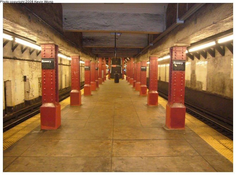 (122k, 820x611)<br><b>Country:</b> United States<br><b>City:</b> New York<br><b>System:</b> New York City Transit<br><b>Line:</b> BMT Nassau Street/Jamaica Line<br><b>Location:</b> Bowery <br><b>Photo by:</b> Kevin Wong<br><b>Date:</b> 8/13/2007<br><b>Notes:</b> Platform view.<br><b>Viewed (this week/total):</b> 0 / 2555
