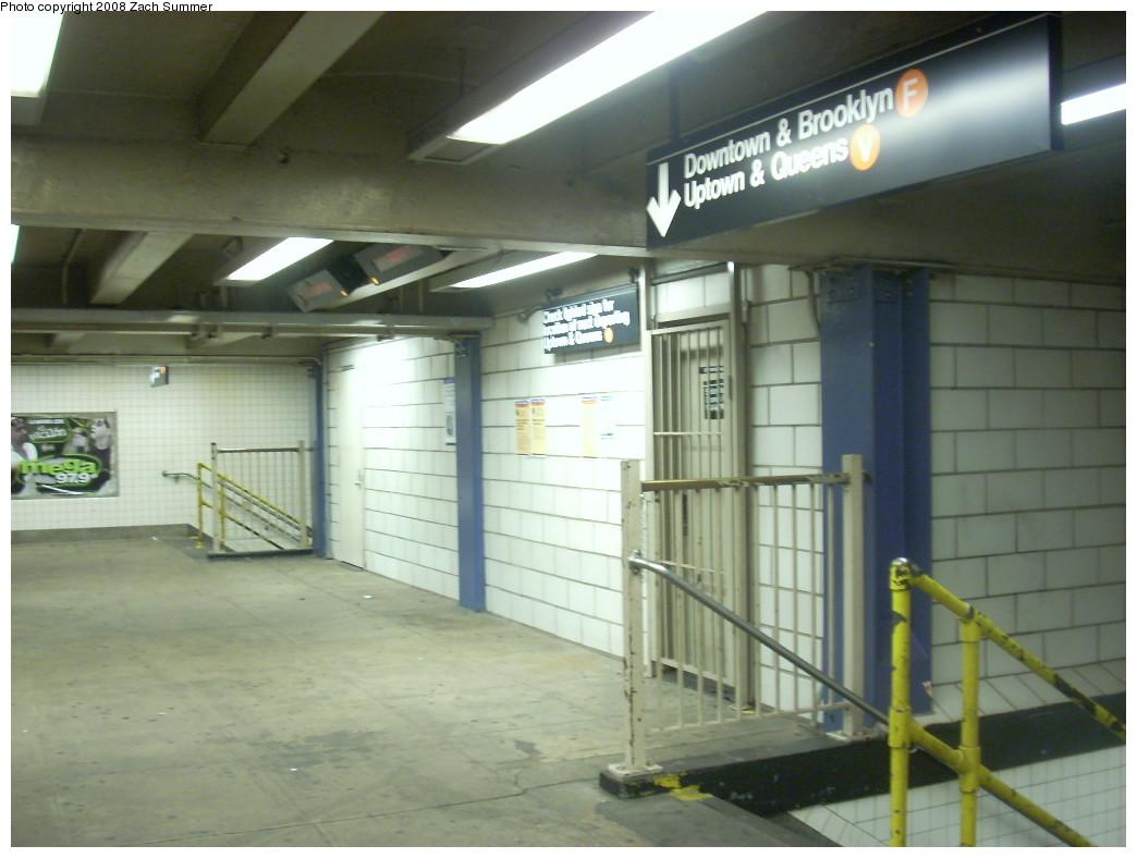(205k, 1044x788)<br><b>Country:</b> United States<br><b>City:</b> New York<br><b>System:</b> New York City Transit<br><b>Line:</b> IND 6th Avenue Line<br><b>Location:</b> 2nd Avenue <br><b>Photo by:</b> Zach Summer<br><b>Date:</b> 12/16/2007<br><b>Notes:</b> Mezzanine level.<br><b>Viewed (this week/total):</b> 0 / 2207