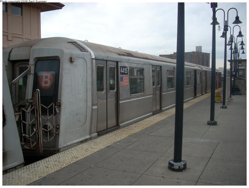 (209k, 1044x788)<br><b>Country:</b> United States<br><b>City:</b> New York<br><b>System:</b> New York City Transit<br><b>Line:</b> BMT Brighton Line<br><b>Location:</b> Brighton Beach <br><b>Route:</b> B<br><b>Car:</b> R-40 (St. Louis, 1968)  4415 <br><b>Photo by:</b> Zach Summer<br><b>Date:</b> 12/19/2007<br><b>Viewed (this week/total):</b> 0 / 1754