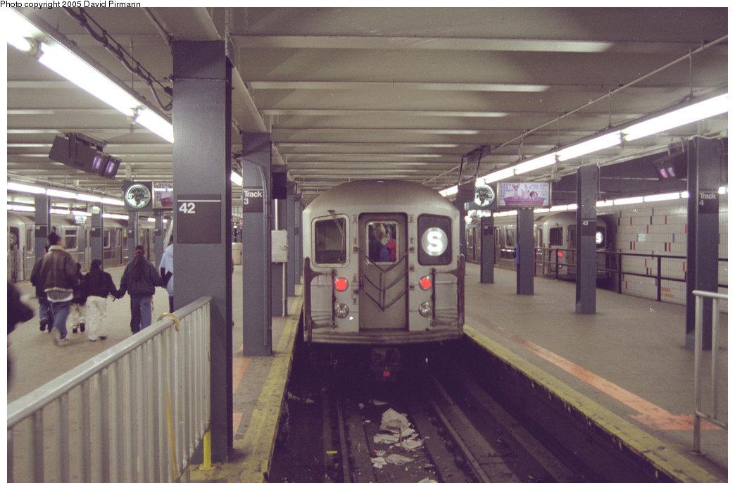 (169k, 1044x696)<br><b>Country:</b> United States<br><b>City:</b> New York<br><b>System:</b> New York City Transit<br><b>Line:</b> IRT Times Square-Grand Central Shuttle<br><b>Location:</b> Grand Central <br><b>Photo by:</b> David Pirmann<br><b>Date:</b> 12/16/1995<br><b>Viewed (this week/total):</b> 0 / 5145