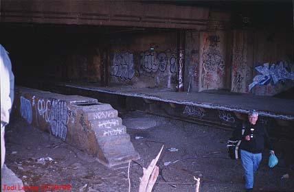 (26k, 428x280)<br><b>Country:</b> United States<br><b>City:</b> New York<br><b>System:</b> New York City Transit<br><b>Line:</b> 9th Avenue El<br><b>Location:</b> Sedgwick Avenue <br><b>Photo by:</b> Jodi Levine<br><b>Date:</b> 12/19/1999<br><b>Notes:</b> Standing on the downtown platform.<br><b>Viewed (this week/total):</b> 8 / 4055