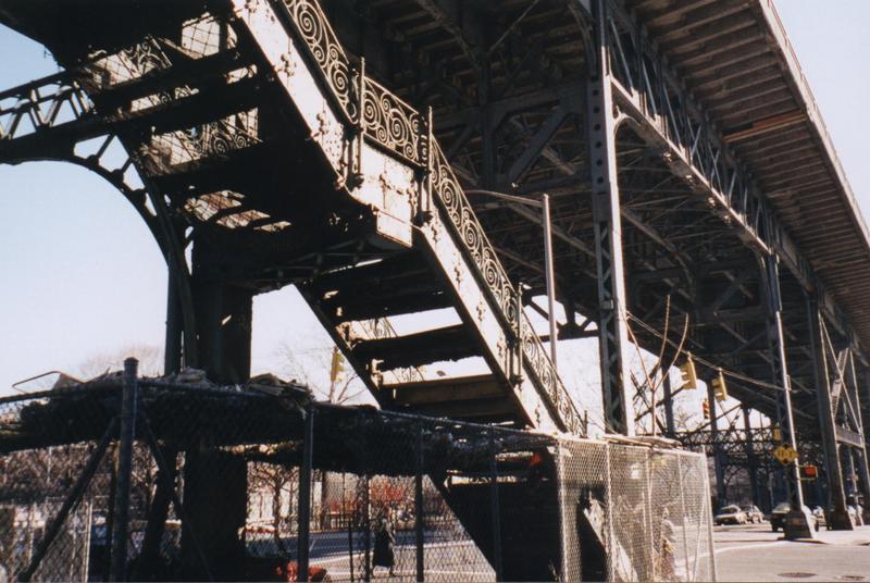 (77k, 800x536)<br><b>Country:</b> United States<br><b>City:</b> New York<br><b>System:</b> New York City Transit<br><b>Location:</b> Macombs Dam Bridge<br><b>Photo by:</b> Timothy Todd<br><b>Date:</b> 1998<br><b>Notes:</b> Stairs to 9th Avenue El at Macombs Dam Bridge<br><b>Viewed (this week/total):</b> 2 / 8852