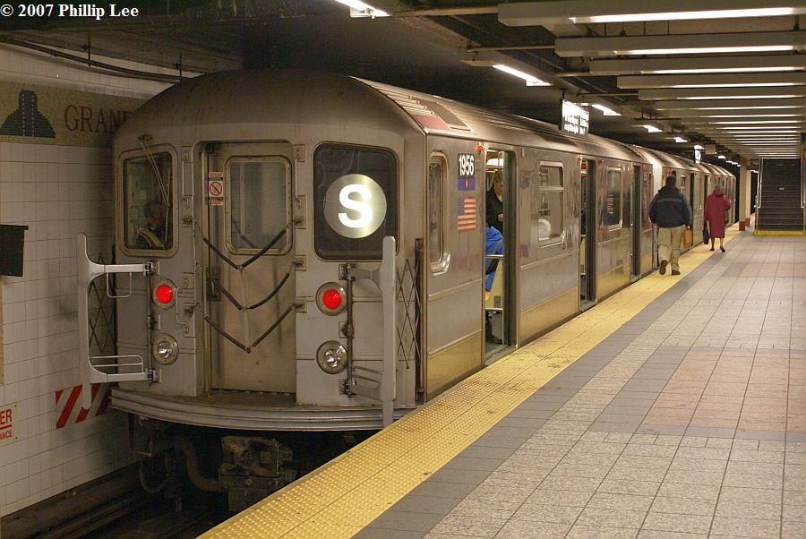 (134k, 900x602)<br><b>Country:</b> United States<br><b>City:</b> New York<br><b>System:</b> New York City Transit<br><b>Line:</b> IRT Times Square-Grand Central Shuttle<br><b>Location:</b> Grand Central <br><b>Route:</b> S<br><b>Car:</b> R-62A (Bombardier, 1984-1987)  1956 <br><b>Photo by:</b> Phillip Lee<br><b>Date:</b> 12/20/2007<br><b>Viewed (this week/total):</b> 0 / 1710