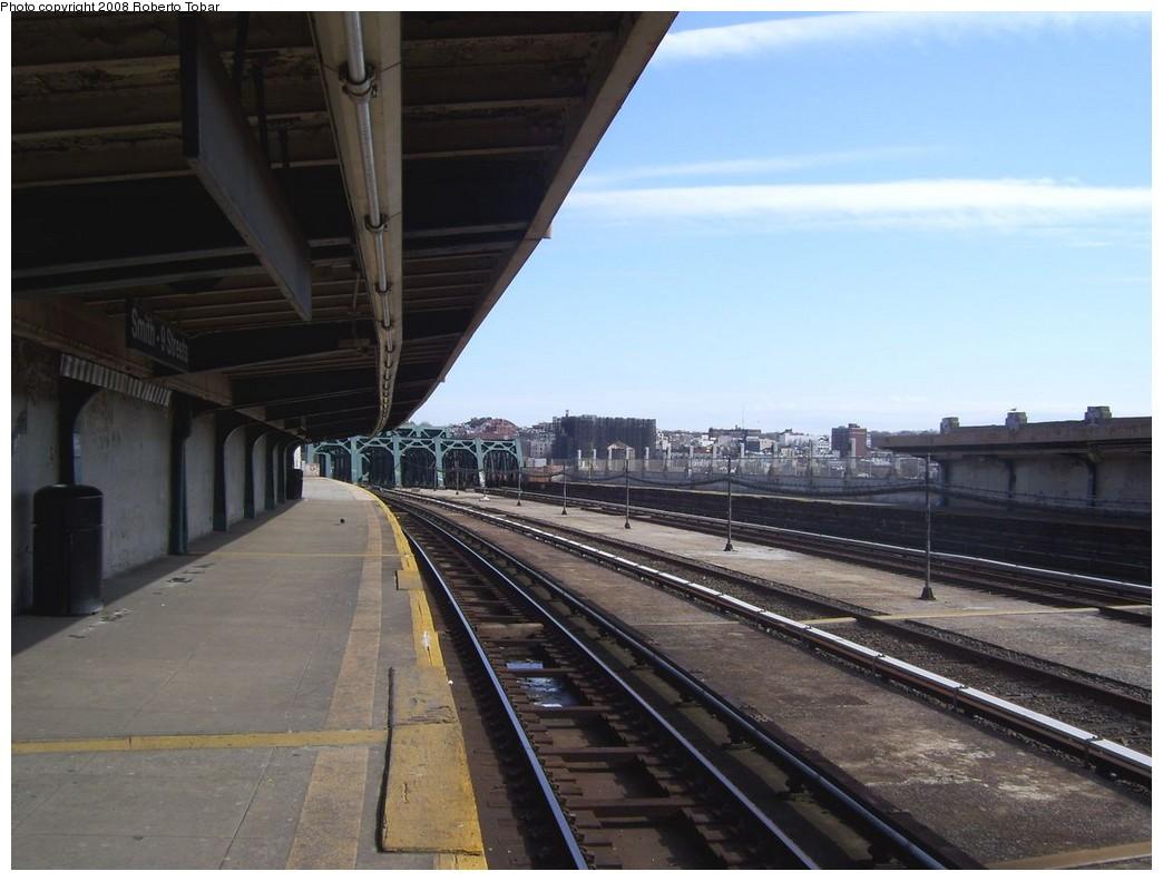 (183k, 1044x791)<br><b>Country:</b> United States<br><b>City:</b> New York<br><b>System:</b> New York City Transit<br><b>Line:</b> IND Crosstown Line<br><b>Location:</b> Smith/9th Street <br><b>Photo by:</b> Roberto C. Tobar<br><b>Date:</b> 3/22/2008<br><b>Notes:</b> Platform view.<br><b>Viewed (this week/total):</b> 0 / 1421