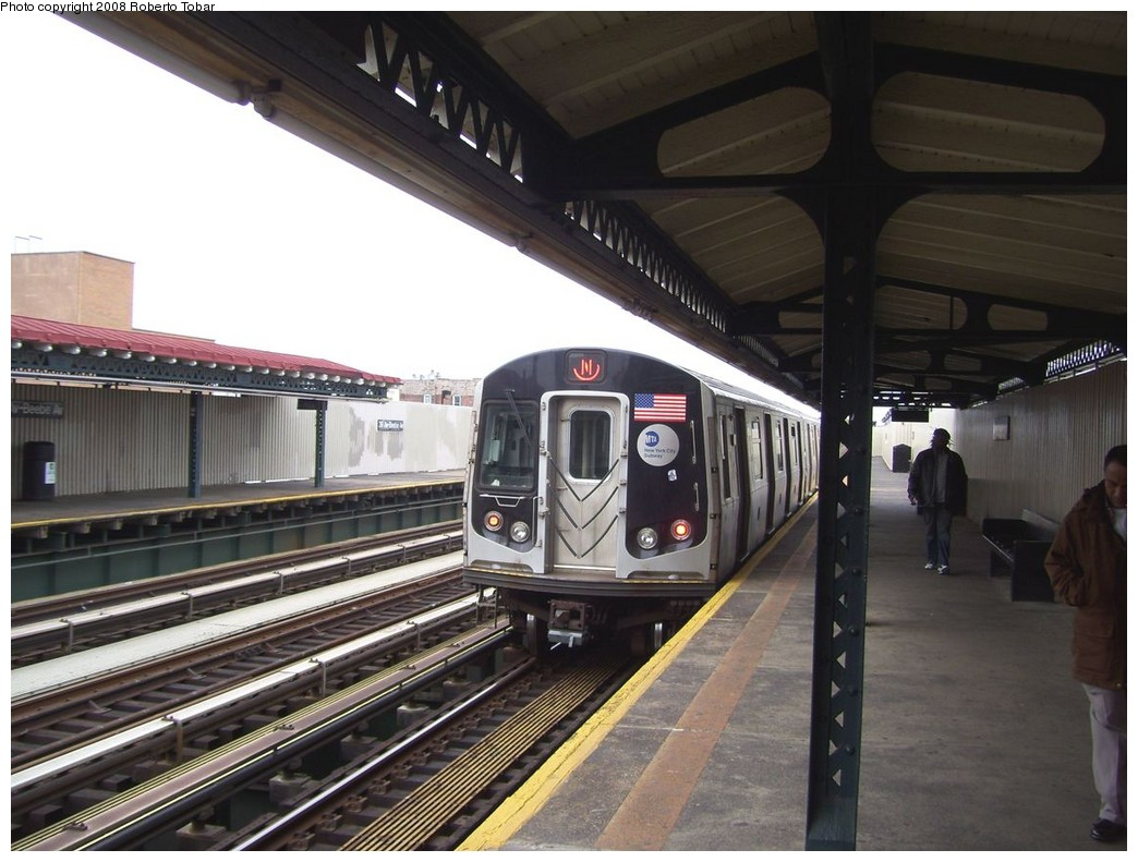 (201k, 1044x791)<br><b>Country:</b> United States<br><b>City:</b> New York<br><b>System:</b> New York City Transit<br><b>Line:</b> BMT Astoria Line<br><b>Location:</b> 39th/Beebe Aves. <br><b>Route:</b> N<br><b>Car:</b> R-160A/R-160B Series (Number Unknown)  <br><b>Photo by:</b> Roberto C. Tobar<br><b>Date:</b> 5/3/2008<br><b>Viewed (this week/total):</b> 0 / 1627