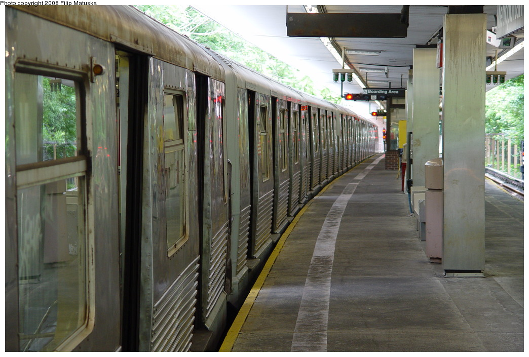 (207k, 1044x705)<br><b>Country:</b> United States<br><b>City:</b> New York<br><b>System:</b> New York City Transit<br><b>Line:</b> BMT Myrtle Avenue Line<br><b>Location:</b> Metropolitan Avenue <br><b>Route:</b> M<br><b>Car:</b> R-42 (St. Louis, 1969-1970)   <br><b>Photo by:</b> Filip Matuska<br><b>Date:</b> 6/7/2007<br><b>Viewed (this week/total):</b> 2 / 1709