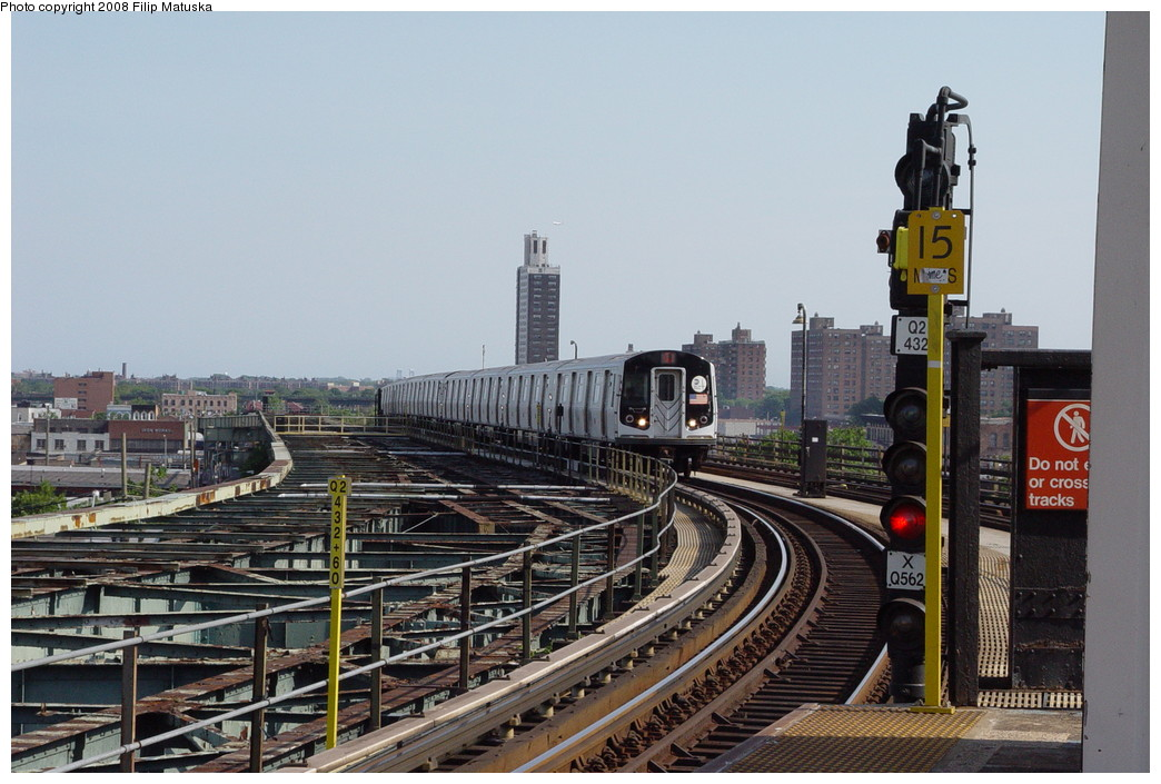 (204k, 1044x705)<br><b>Country:</b> United States<br><b>City:</b> New York<br><b>System:</b> New York City Transit<br><b>Line:</b> BMT Canarsie Line<br><b>Location:</b> Atlantic Avenue <br><b>Route:</b> L<br><b>Car:</b> R-143 (Kawasaki, 2001-2002)  <br><b>Photo by:</b> Filip Matuska<br><b>Date:</b> 6/7/2007<br><b>Viewed (this week/total):</b> 2 / 2184