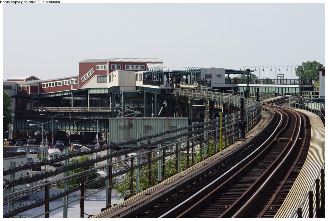 (238k, 1044x705)<br><b>Country:</b> United States<br><b>City:</b> New York<br><b>System:</b> New York City Transit<br><b>Line:</b> BMT Canarsie Line<br><b>Location:</b> Broadway Junction <br><b>Photo by:</b> Filip Matuska<br><b>Date:</b> 6/7/2007<br><b>Viewed (this week/total):</b> 0 / 1001