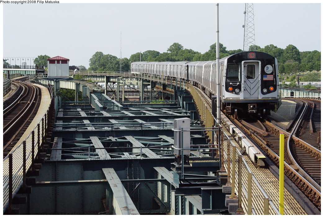 (257k, 1044x705)<br><b>Country:</b> United States<br><b>City:</b> New York<br><b>System:</b> New York City Transit<br><b>Line:</b> BMT Canarsie Line<br><b>Location:</b> Atlantic Avenue <br><b>Route:</b> L<br><b>Car:</b> R-143 (Kawasaki, 2001-2002)  <br><b>Photo by:</b> Filip Matuska<br><b>Date:</b> 6/7/2007<br><b>Viewed (this week/total):</b> 0 / 2704