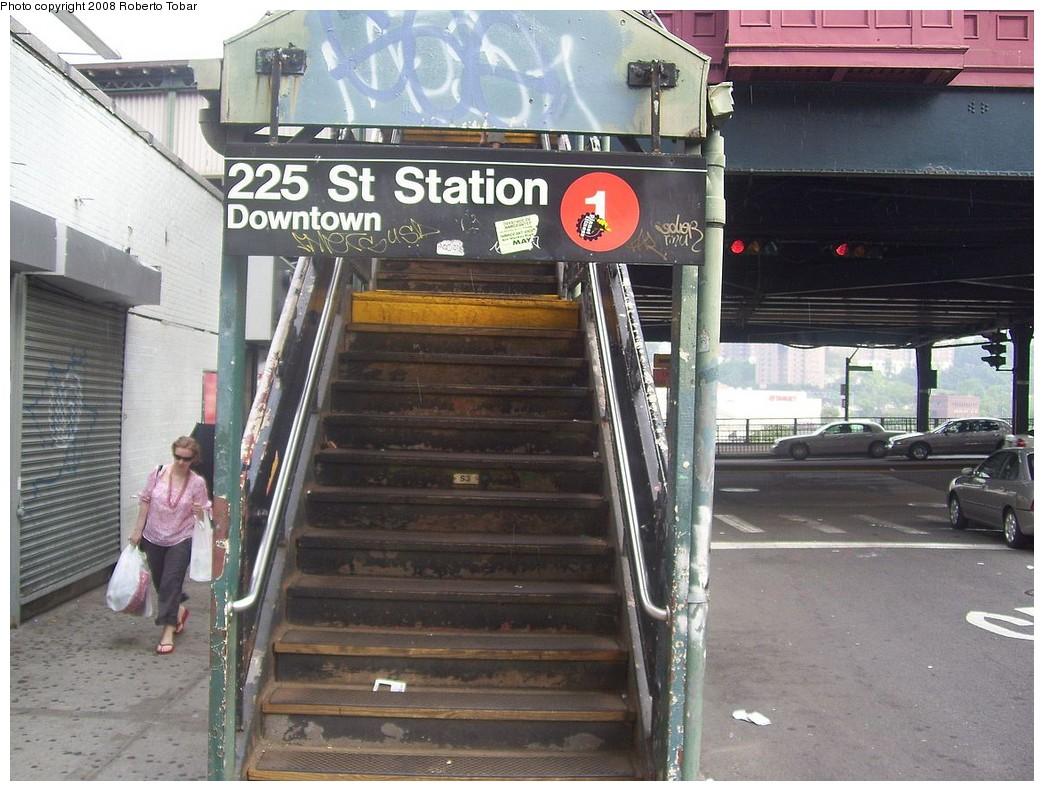 (237k, 1044x791)<br><b>Country:</b> United States<br><b>City:</b> New York<br><b>System:</b> New York City Transit<br><b>Line:</b> IRT West Side Line<br><b>Location:</b> 225th Street <br><b>Photo by:</b> Roberto C. Tobar<br><b>Date:</b> 6/14/2008<br><b>Notes:</b> Station entrance.<br><b>Viewed (this week/total):</b> 4 / 2079