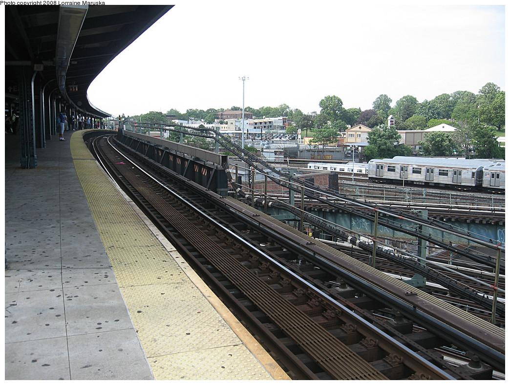 (332k, 1044x788)<br><b>Country:</b> United States<br><b>City:</b> New York<br><b>System:</b> New York City Transit<br><b>Line:</b> BMT Canarsie Line<br><b>Location:</b> Broadway Junction <br><b>Photo by:</b> Lorraine Maruska<br><b>Date:</b> 6/3/2008<br><b>Notes:</b> Manhattan bound platform.<br><b>Viewed (this week/total):</b> 0 / 1555