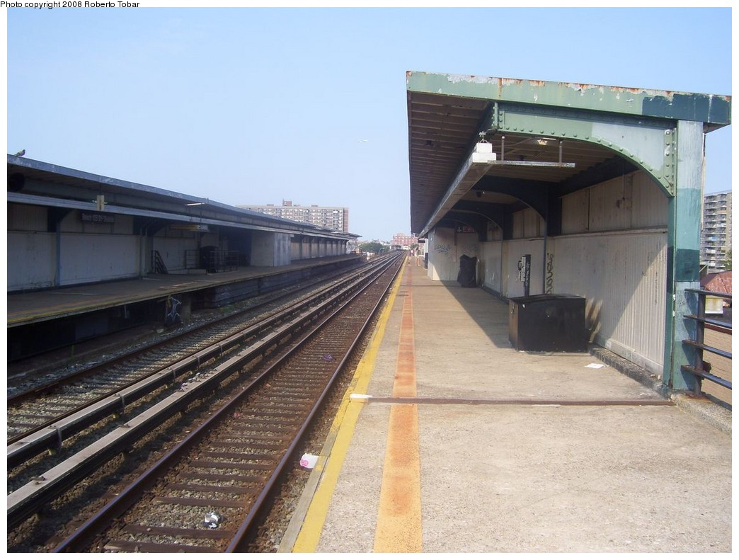(208k, 1044x791)<br><b>Country:</b> United States<br><b>City:</b> New York<br><b>System:</b> New York City Transit<br><b>Line:</b> IND Rockaway<br><b>Location:</b> Beach 105th Street/Seaside <br><b>Photo by:</b> Roberto C. Tobar<br><b>Date:</b> 7/12/2008<br><b>Notes:</b> Platform view.<br><b>Viewed (this week/total):</b> 0 / 1166