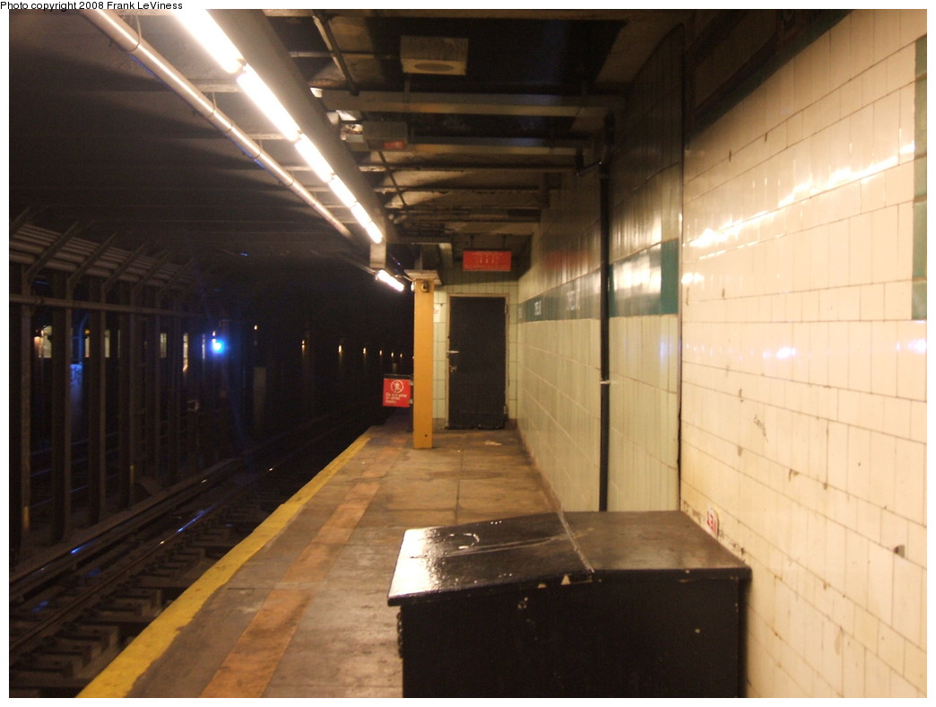 (172k, 1044x788)<br><b>Country:</b> United States<br><b>City:</b> New York<br><b>System:</b> New York City Transit<br><b>Line:</b> IRT Pelham Line<br><b>Location:</b> Cypress Avenue <br><b>Photo by:</b> Frank LeViness<br><b>Date:</b> 7/31/2007<br><b>Notes:</b> Looking toward the 1960s station extension.<br><b>Viewed (this week/total):</b> 3 / 1987