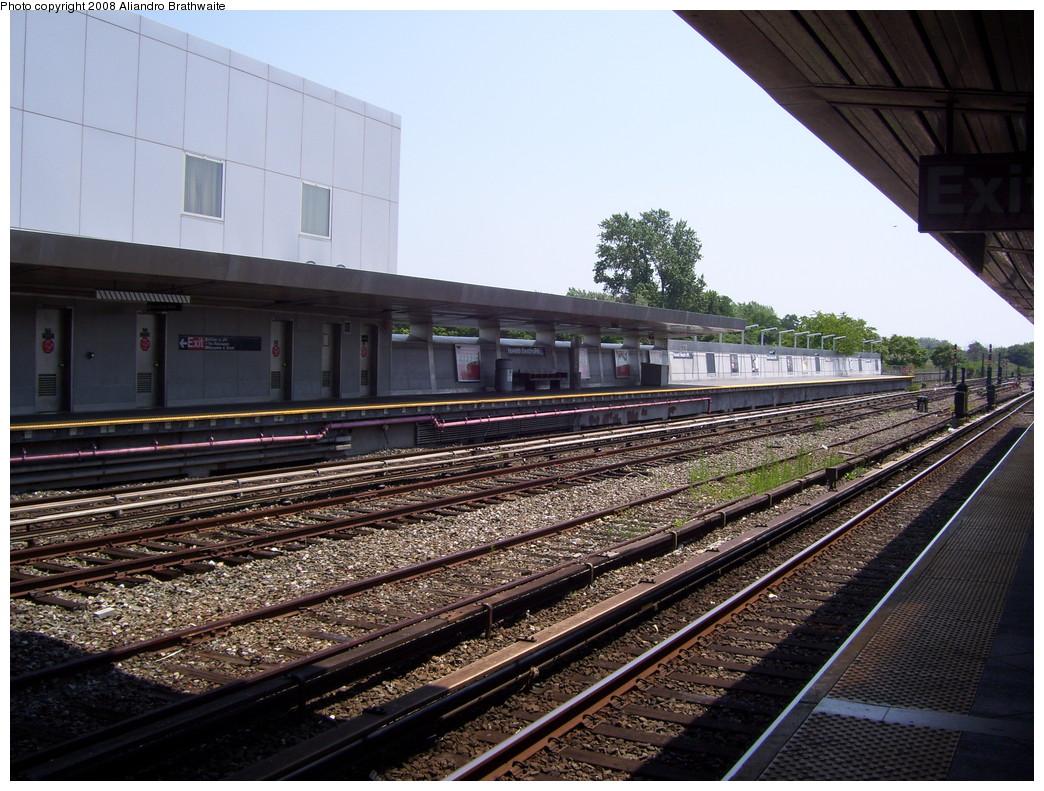 (275k, 1044x791)<br><b>Country:</b> United States<br><b>City:</b> New York<br><b>System:</b> New York City Transit<br><b>Line:</b> IND Rockaway<br><b>Location:</b> Howard Beach <br><b>Photo by:</b> Aliandro Brathwaite<br><b>Date:</b> 7/26/2008<br><b>Notes:</b> View south.<br><b>Viewed (this week/total):</b> 0 / 1263