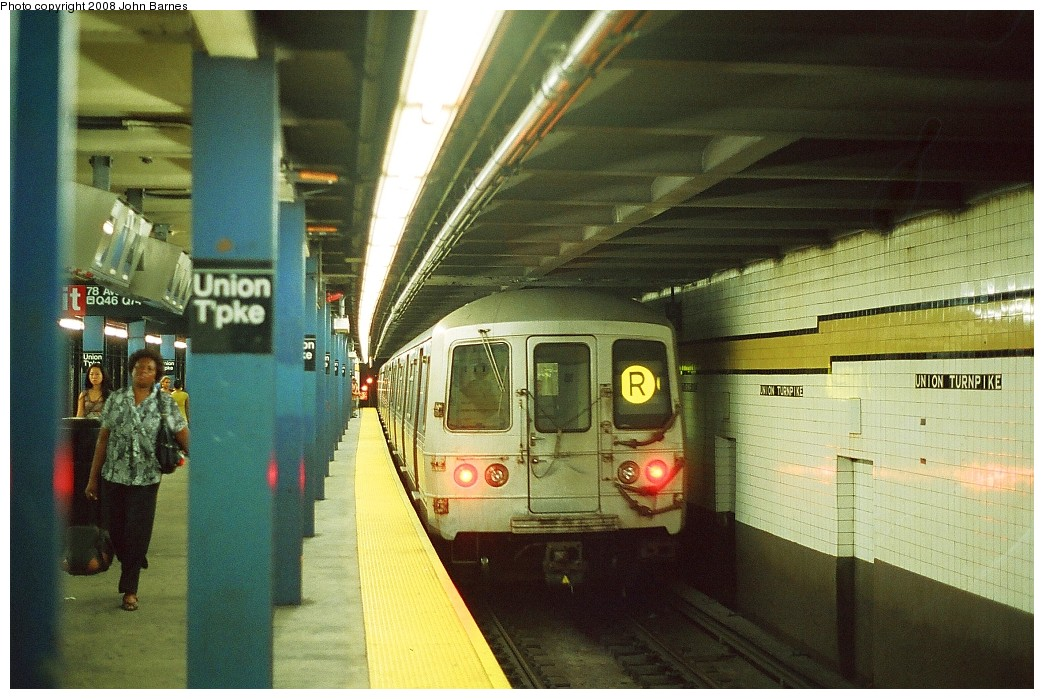 (233k, 1044x699)<br><b>Country:</b> United States<br><b>City:</b> New York<br><b>System:</b> New York City Transit<br><b>Line:</b> IND Queens Boulevard Line<br><b>Location:</b> Union Turnpike/Kew Gardens <br><b>Route:</b> R<br><b>Car:</b> R-46 (Pullman-Standard, 1974-75) 5672 <br><b>Photo by:</b> John Barnes<br><b>Date:</b> 7/19/2008<br><b>Viewed (this week/total):</b> 0 / 1760