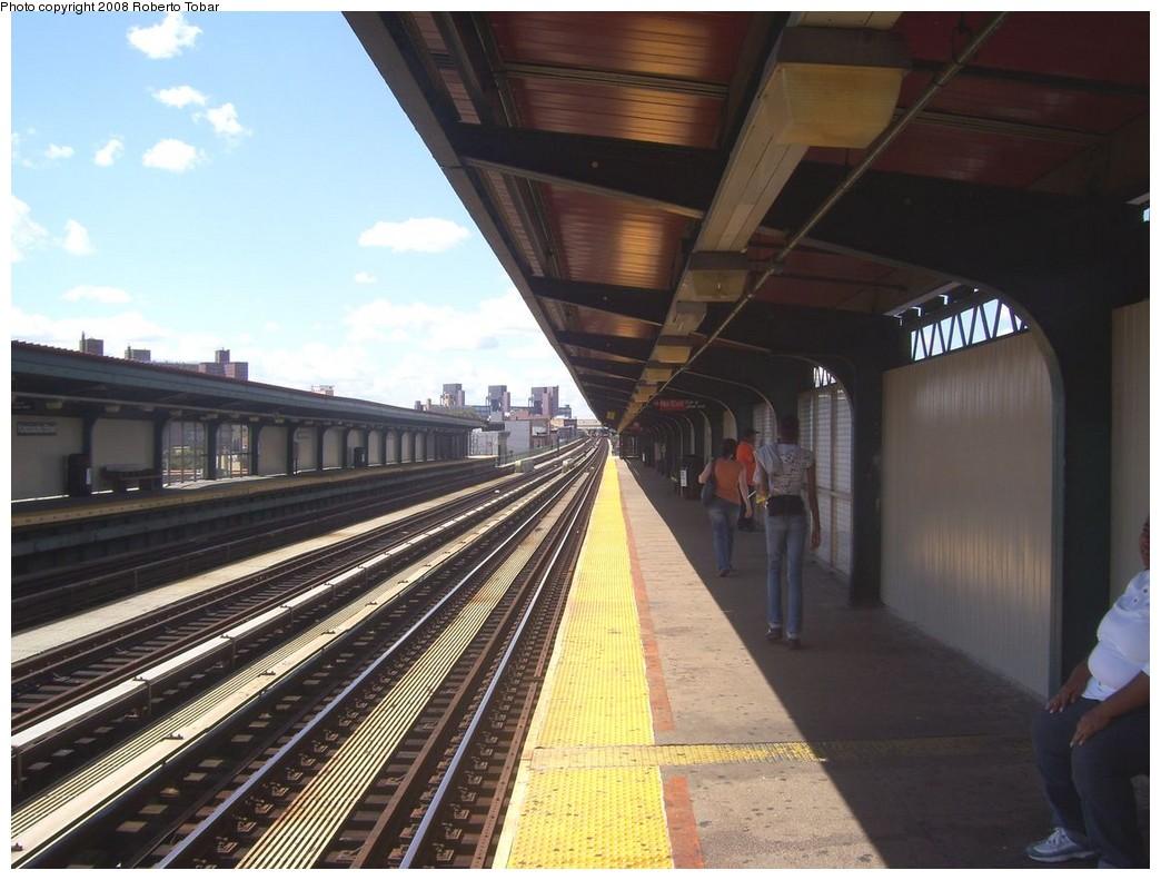 (200k, 1044x791)<br><b>Country:</b> United States<br><b>City:</b> New York<br><b>System:</b> New York City Transit<br><b>Line:</b> BMT Nassau Street/Jamaica Line<br><b>Location:</b> Kosciuszko Street <br><b>Photo by:</b> Roberto C. Tobar<br><b>Date:</b> 8/16/2008<br><b>Notes:</b> Platform view.<br><b>Viewed (this week/total):</b> 2 / 1447