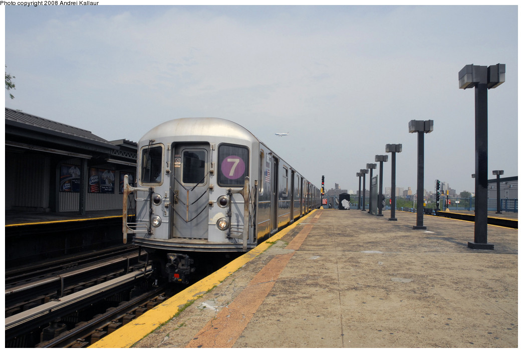 (206k, 1044x705)<br><b>Country:</b> United States<br><b>City:</b> New York<br><b>System:</b> New York City Transit<br><b>Line:</b> IRT Flushing Line<br><b>Location:</b> Willets Point/Mets (fmr. Shea Stadium) <br><b>Route:</b> 7<br><b>Car:</b> R-62A (Bombardier, 1984-1987)   <br><b>Photo by:</b> Andrei Kallaur<br><b>Date:</b> 10/27/2005<br><b>Viewed (this week/total):</b> 0 / 1137