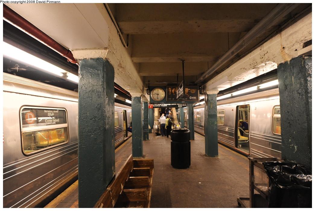 (276k, 1044x701)<br><b>Country:</b> United States<br><b>City:</b> New York<br><b>System:</b> New York City Transit<br><b>Line:</b> IND Concourse Line<br><b>Location:</b> 205th Street <br><b>Photo by:</b> David Pirmann<br><b>Date:</b> 8/27/2008<br><b>Viewed (this week/total):</b> 3 / 2734